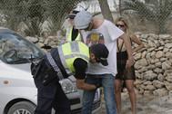 Agentes de la Policía Local de San José (Ibiza) realizando un cacheo.