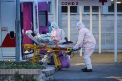 Sanitarios transportan a una enferma de Covid-19 en el Hospital Columbus de Roma.