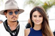 Johnny Depp y Penélope Cruz en el 'photocall' de 'Piratas del Caribe' en Cannes en 2011.