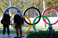 Tokyo (Japan), 16/03/ lt;HIT gt;2020 lt;/HIT gt;.- Visitors wearing masks stand next to an Olympic Rings monument in front of the Japan Olympic Committee headquarters in Tokyo, Japan, 16 March lt;HIT gt;2020 lt;/HIT gt;. According to a poll by Kyodo News agency, 70 per cent of Japanese people think that the Tokyo Olympics will not be held as scheduled. (Japón, lt;HIT gt;Tokio lt;/HIT gt;) EPA/
