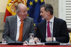 Felipe VI y su padre, Juan Carlos I, en un acto, en 2019.