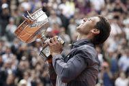 Nadal, con el trofeo de Roland Garros de 2019.