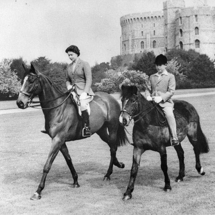 La reina y el príncipe Carlos montando a caballo en Windsor, en 1961.