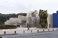 Imagen del Museo Guggenheim de Bilbao, con el perro 'Puppy' en primer plano.