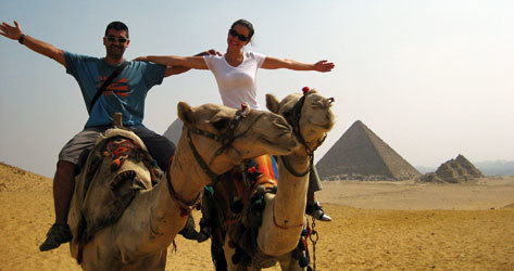 El autor, en camello frente a las pirámides de Giza.