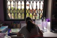 Miles de escolares de la provincia convierten sus habitaciones en lugares de estudio para recibir sus clases on line.
