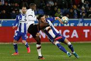 , Mouctar Diakhaby (i), disputa el balón ante el delantero del Deportivo lt;HIT gt;Alavés lt;/HIT gt;, Lucas Pérez, durante el encuentro correspondiente a la jornada 27 de primera división que disputan esta noche en el estadio de Mendizorroza, en Vitoria.