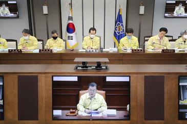 Ministros surcoreanos, en una videoconferencia con el presidente Moon Jae-In, ayer, en Seúl.