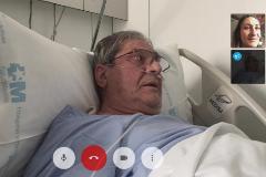 """Cuando la videollamada es la única forma de visitar a tu padre enfermo: """"Al menos le vemos la carita"""""""
