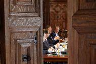 Ximo Puig durante la reunión con a los líderes de UGT y CCOO, el presidente de la patronal y los consellers de Hacienda y Economía, en el Palau.