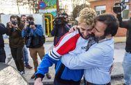 Carlos Cuadrado (iz) abraza a su padre tras salir de prisión en en 2018.