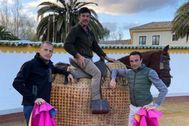 Enrique Ponce junto al banderillo Jocho y el picador de Cetrina