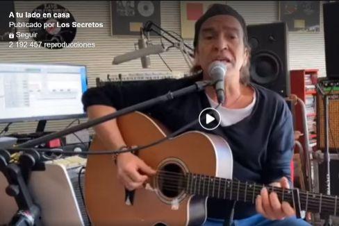 Los Secretos interpretando en Facebook su nueva versión de 'A tu lado'.