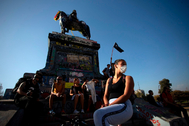Una manifestante con mascarilla por temor al coronavirus, el 16 de marzo en Santiago de Chile.