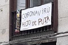Una pancarta en la terraza de una calle de Arenal.