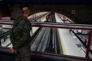 Un militar del Ejército de Tierra vigila la estación de tren del Cercanías de Nuevos Ministerios en Madrid.