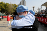 Local medical worker embraces and bids farewell to a medical worker from Jiangsu at the lt;HIT gt;Wuhan lt;/HIT gt; Railway Station