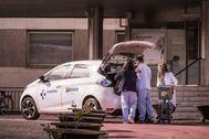 Un equipo de enfermeras se prepara para atender a domicilio a pacientes de coronavirus en el hospital de Txagorritxu.