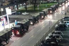 La fila de camiones del Ejército para trasladar los ataúdes a otras ciudades.