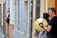 Varios músicos tocan a las puertas de sus casa en Valencia el día de San José.