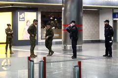 Militares y policías en la estación de Nuevos Ministerios de Madrid.