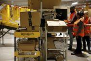 Trabajadores de la planta de Amazon en Bretigny-sur-Orge, cerca de París.
