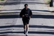 Un hombre hace deporte durante la cuarentena en Roma