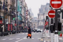 Un hombre con guantes y máscaras, en París.