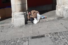 Un indigente, ayer, en los soportales de la Plaza Mayor de Madrid.