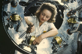Una operaria trabaja en una fábrica de aviones en plena Segunda Guerra Mundial.