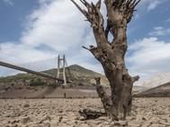 La escasez de precipitaciones y la falta de previsión derivaron en esta imagen del embalse de Barrios de Luna, en León, en 2017.