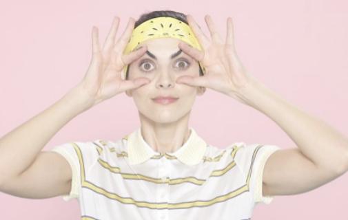 Uno de lo movimientos del yoga facial que propone la firma Payot en sus tutoriales.