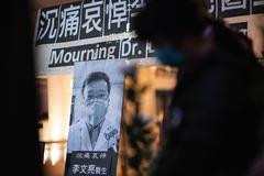 """FOTOGALERÍA - AME3727. HONG KONG (CHINA), 11/03/2020.- Personas rinden tributo al doctor chino lt;HIT gt;Li lt;/HIT gt; lt;HIT gt;Wenliang lt;/HIT gt; el 7 de febrero de 2020 en Hong Kong (China). El pasado 30 de diciembre, el oftalmólogo lt;HIT gt;Li lt;/HIT gt; lt;HIT gt;Wenliang lt;/HIT gt;, de 33 años, anunció a sus colegas que en el hospital central de Wuhan, donde trabajaba, habían quedado ingresados siete pacientes por un coronavirus parecido al SARS: la primera información de la que se tiene constancia relativa al COVID-19. lt;HIT gt;Li lt;/HIT gt; lt;HIT gt;Wenliang lt;/HIT gt;, quien fue silenciado por la policía después de tratar de dar la alarma sobre el coronavirus, murió tras contraer él mismo la infección. La Organización Mundial de la Salud (OMS) anunció hoy que el coronavirus (COVID-19) ya puede definirse como una """"pandemia"""", después de que en las últimas dos semanas el número de casos fuera de China se multiplicase por 13 y el de países afectados se triplicase."""
