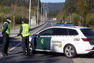 Agentes de la Guardia Civil en un control de carretera en Pontevedra.