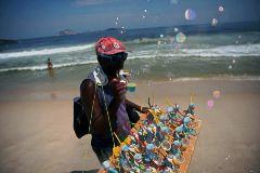 El país que todavía mira la crisis de reojo: playas llenas y cuarentenas voluntarias