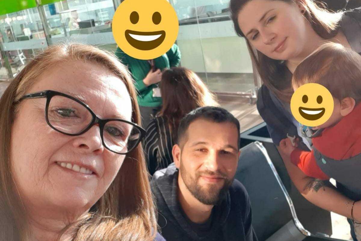 Víctor Soler y su familia en el aeropuerto, al iniciar su viaje.