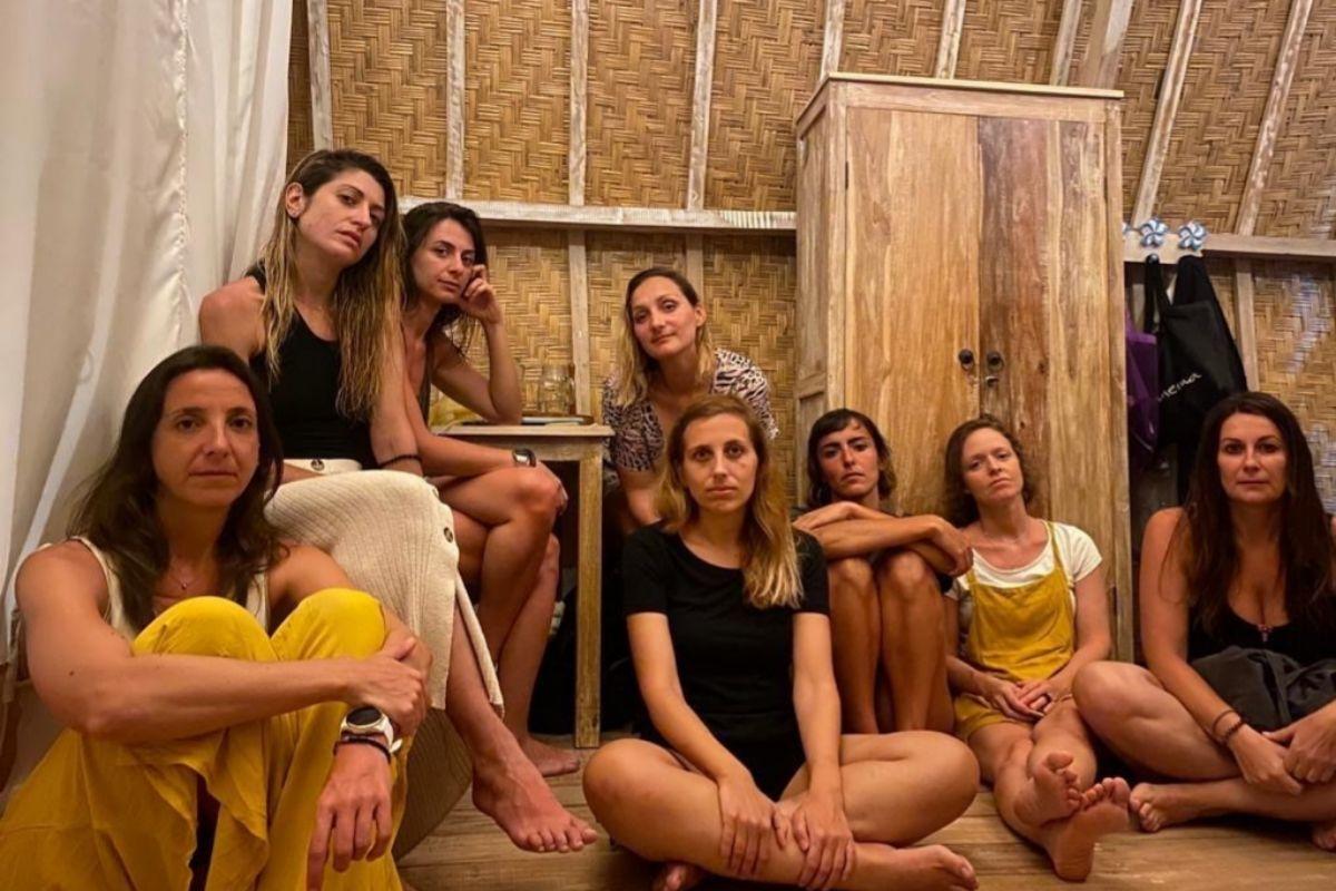 Ana Micó y el grupo de valencianas que quedaron 'tiradas' en Bali.