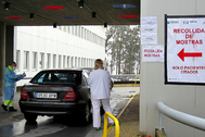 Test rápido del virus en el hospital Meixoeiro de Vigo.