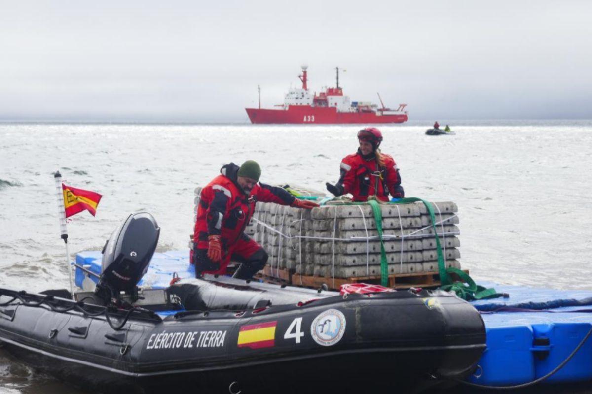 Dos miembros del Ejército trasladan en lancha material a la base Gabriel de Castilla, en Isla Decepción