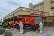 Efectivos de la UME desplegados este viernes en el Hospital Costa del Sol de Marbella para desinfectar la zona.
