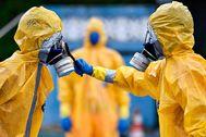 Bomberos de Brasil con trajes de protección contra el coronavirus.