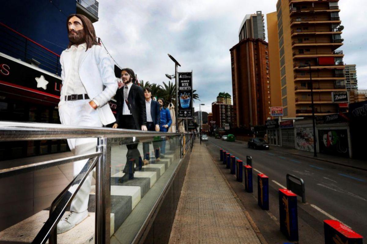 Una figuras emulan a The Beatles en el exterior de un pub situado en la calle principal de la zona 'guiri', ahora vacía