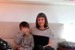 Laura, recluida en casa junto a su hijo.