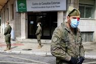 Miembros de la Brigada de la Legión, este domingo a las puertas del Hospital Virgen de las Nieves de Granada.