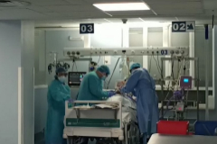 La alegría de los sanitarios que extubaron al primer paciente de la UCI del Hospital Clínico