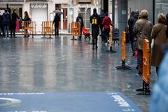 Un grupo de personas hace cola para entrar en un supermercado en San Sebastián