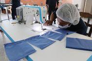 ACOMPAÑA CRÓNICA: MÉXICO CÁRCEL MEX8094. CIUDAD DE MÉXICO (MÉXICO).- Fotografía del 20 de marzo del 2020, que muestra a una internas elaborando cubrebocas en el Centro Femenil de Reinserción Social Santa Martha Acatitla de la Ciudad de México (México). El sonido de una decena de máquinas de coser y el repiquetear de las agujas inunda el taller de costura de un penal para mujeres de la Ciudad de México, que elabora sin parar lt;HIT gt;mascarillas lt;/HIT gt; en plena crisis del coronavirus.