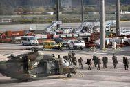 Helicópteros y camiones del Ejército, a su llegada al aeropuerto de Bilbao.