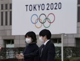 Tokyo (Japan).- (FILE) - A file picture of pedestrians wearing masks walking past the emblem of the Tokyo 2020 Olympic Games displayed on a wall of Tokyo Metropolitan Government headquarters in Tokyo, Japan, 28 February 2020. IOC informed on 22 March 2020 that they agreed for a time limit of 4 weeks to decide about the the Olympic Games Tokyo 2020. In this time frame they also want to think about options to postpone the games. (Japón, lt;HIT gt;Tokio lt;/HIT gt;) EPA/ *** Local Caption *** 55912343