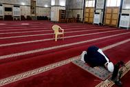 Un clérigo reza en una mezquita vacía, en Bagdad.